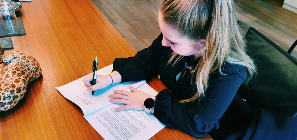 Xenia Rollenhagen bei der Unterschriftsbeglaubigung beim Notar