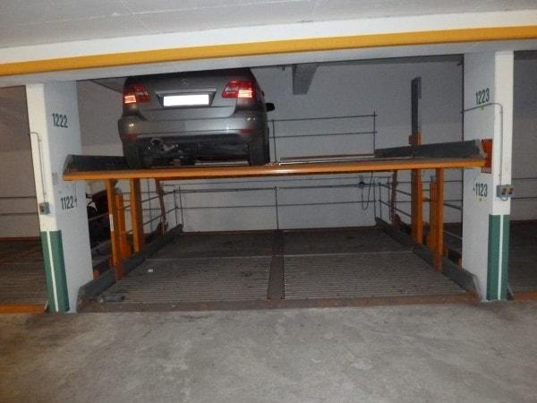 Duplex Garage mit Auto oben