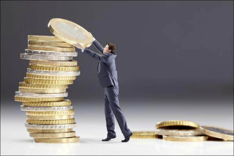 Mann stapelt Euromünzen