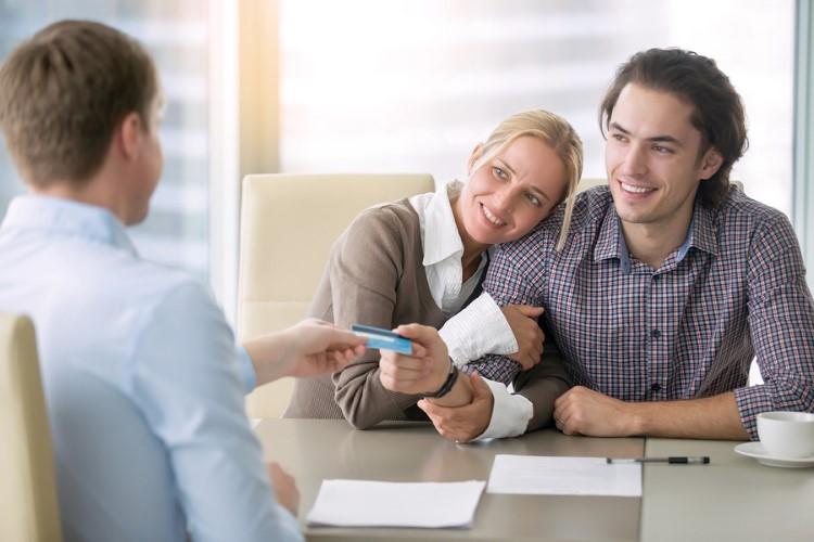 Junges Paar bei der Bank