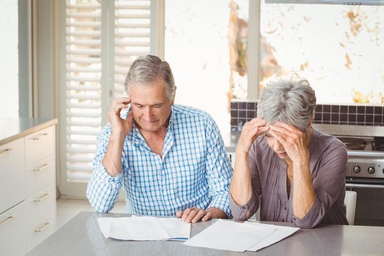Rentner Ehepaar vor Papierablage